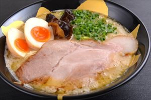 tonkotsu-ramen-with-flavoured-egg-10-00_r